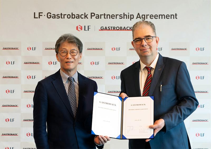 사진은 LF 대표이사 오규식 부회장(사진 왼쪽)과 가스트로박사의 안드레아스 키르셴만(Andreas Kirschenmann, 사진 오른쪽) CEO가 현지시간 15일 독일 홀렌슈타트에 위치한 가스트로박 본사에서 가스트로박 브랜드의 국내 시장에 대한 독점 수입 및 유통에 관한 계약서에 서명한 후 악수하고 있다.
