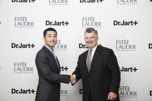 2015년 투자계약 당시 기념사진. 이진욱 해브앤비 대표(왼쪽)와 윌리엄로더 에스티로더컴퍼니즈 회장(우)