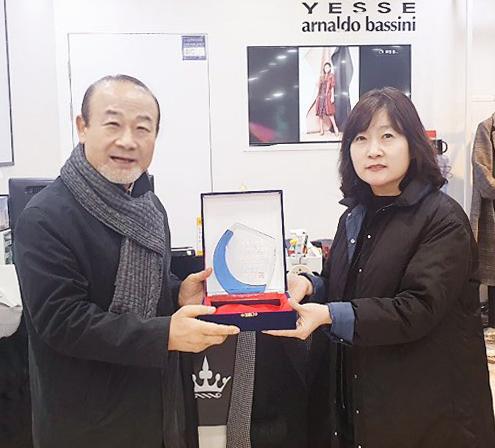 최병구 아마넥스 회장(좌) '아날도바시니&예쎄' 복합매장 광주학동 점주(우)