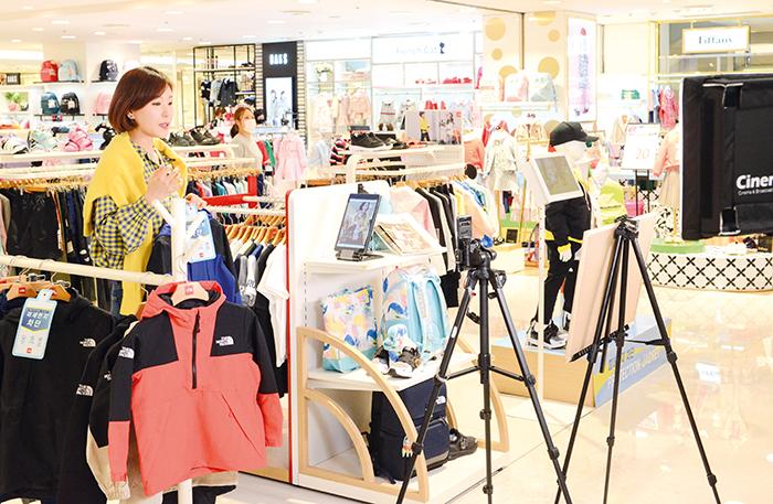 지난 16일 롯데백화점 소공점 '노스페이스 키즈' 매장에서 '롯데백화점 라이브' 방송을 진행하고 있다.