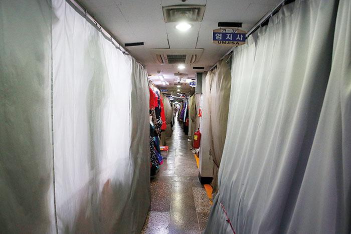 넉 달째 이어지는 코로나19 영향으로 한산한 동대문 쇼핑 타운