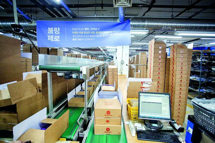 쇼핑몰 업계 최초로 이달 초부터 새벽 배송을 시작한 소녀나라 구로동 물류센터