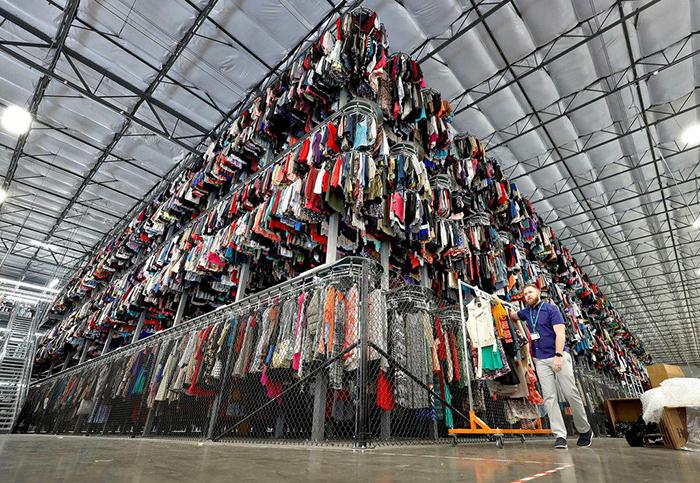 미국에서 가장 큰 리세일 리테일러인 쓰레드업(ThredUp)과 파트너십 계약을 체결하고 의류, 신발, 가방, 스카프 등 쓰레드업이 제공하는 2,000여 브랜드, 75만개 아이템을 월마트닷컴에서 판매하기 시작했다.