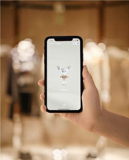 미니 프로그램은 고객들이 실제로 또는 가상 세계에서, 보다 강화된 방식으로 매장을 경험할 수 있도록 설계된 고객 맞춤 디지털 툴이다. 고객은 이 프로그램을 통해 매장 투어 및 제품 탐색 등의 기능을 이용할 수 있다