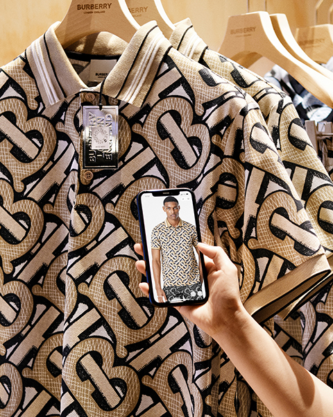 모든 상품은 상품에 부착된 QR 코드를 사용해 디지털 스크린과 연결하여 더욱 다채로운 방식으로 매장을 경험할 수 있다.