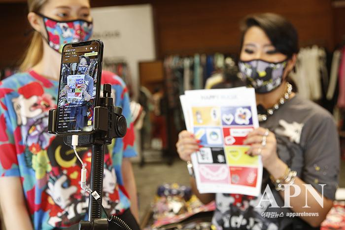 롯데 인천터미널점에서 진행된 '100라이브'에서 박윤희 그리디어스 디자이너 겸 대표가 제품에 대해 설명하고 있다.