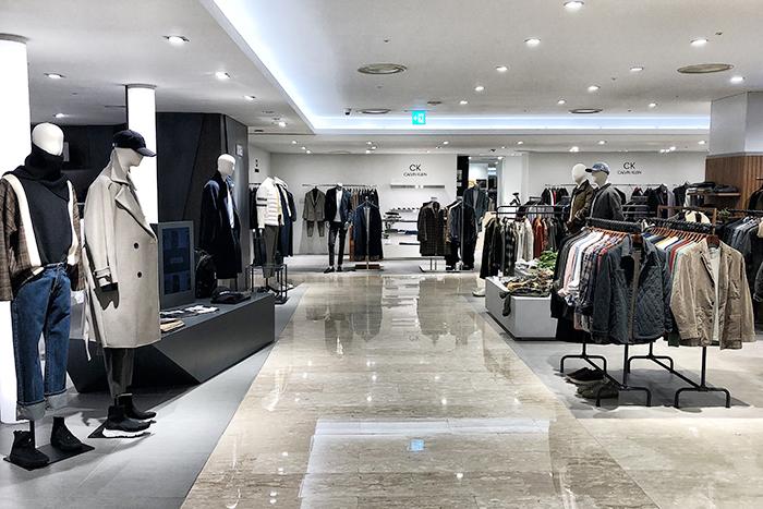 백화점과 아울렛 매장의 매출이 급락하면서 오프라인 매장 관리자들의 온라인 채널을 통한 판매가 과제로 떠올랐다.