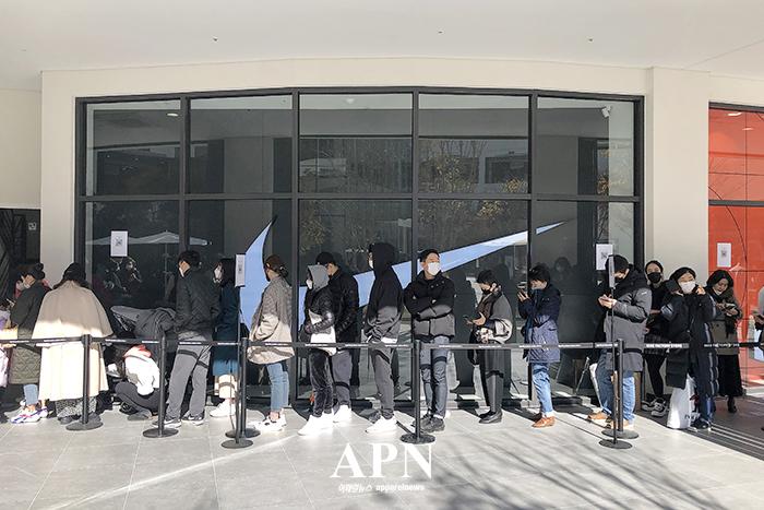지난 7일 오픈한 현대프리미엄아울렛 스페이스원 '나이키' 매장 앞에 모여든 사람들 모습.