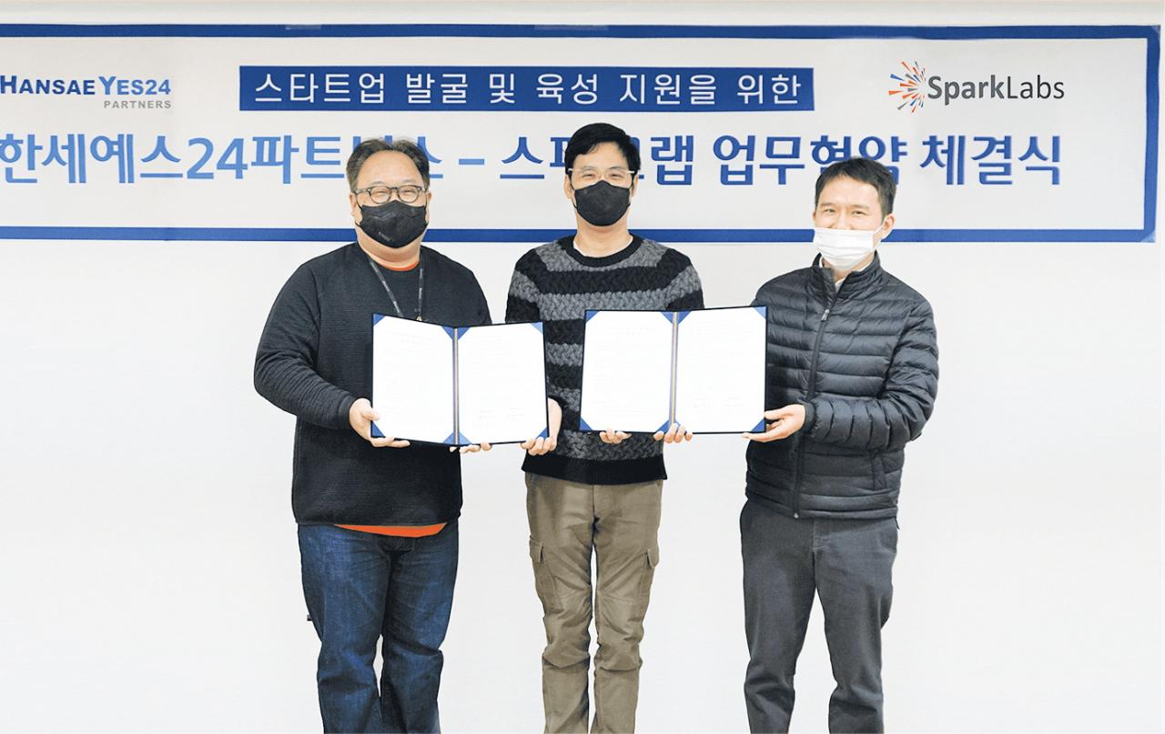 왼쪽부터 김유진 스파크랩 대표, 김석환 한세예스24홀딩스 부회장, 이세호 한세예스24파트너스 대표