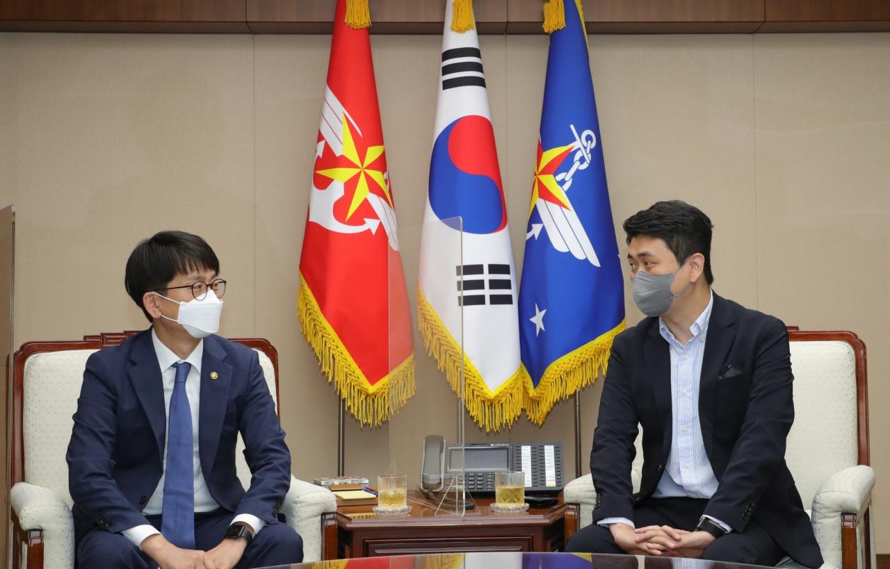 사진 왼쪽 박재민 국방부 차관, 오른쪽 최운식 이랜드월드 대표